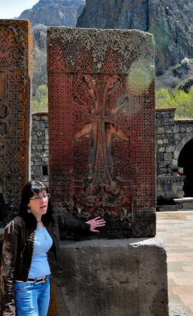 Это Хачка́р (арм. խաչքար, дословно «крест-камень») — вид армянских памятников, каменная стела с резным изображением креста, обычно устанавливаемая у дорог, при монастырях, внутри и на фасадах храмов.  Всего на территории Армении насчитывается несколько тысяч хачкаров, каждый отличается своим неповторимым узором, хотя все узоры обычно выдержаны в едином стиле.  Всюду куда не пойдешь они стоят, каждый уникален.  Подробно о них тут: http://tinyurl.com/o3vb2y