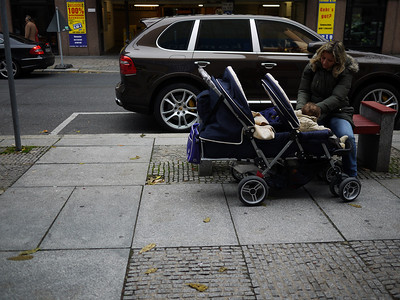 First time I see a decent children's cart for twins. Usually they put the back one underneath the front, so he can't see anything.
