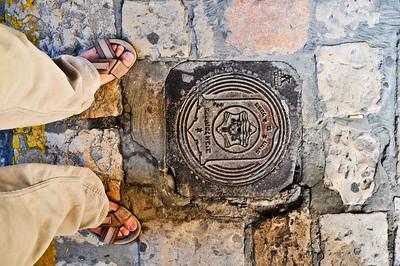 У евреев даже канализационные люки не определенной формы - не круглые и не квадратные.