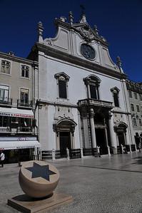 Интереснейший знак перед собором - Португальцы извиняются перед евреями которых они 500 лет назад гнобили во время погрома. Перечисляются количество жертв и тд.
