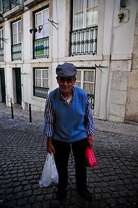 Мужик увидел что я фотографирую улицу - подошел и попросился в кадр.