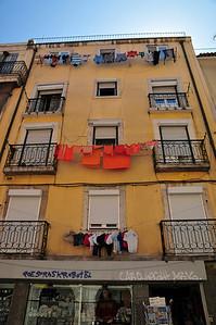 Мне нравится что на вторую веревку вывесили только оранжевую одежду, верхняя в основном синяя. Знают люди толк в цветах!