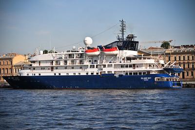 Интересно, у Абрамовича яхта больше? Это вроде круизный корабль. Родом из Багам :)