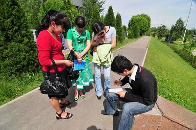 А гид все писал. Самое интересное - девушки даже не пытались получить его телефон - им просто хотелось получить автограф человека с телевизора.