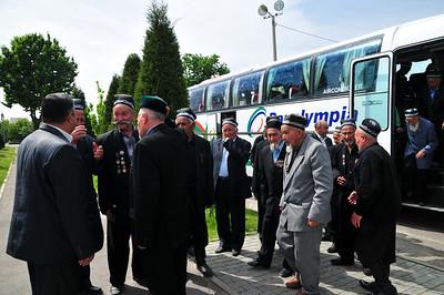 Ветеранов привезли отмечать 9 Мая.