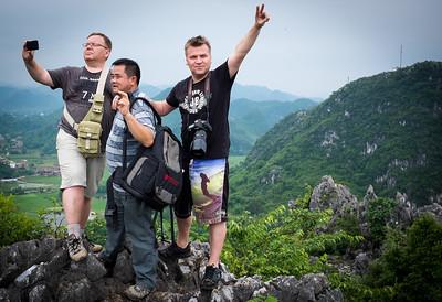 """Наш китайский фото-гид использует новый прием """"quote-unquote"""" на руках"""