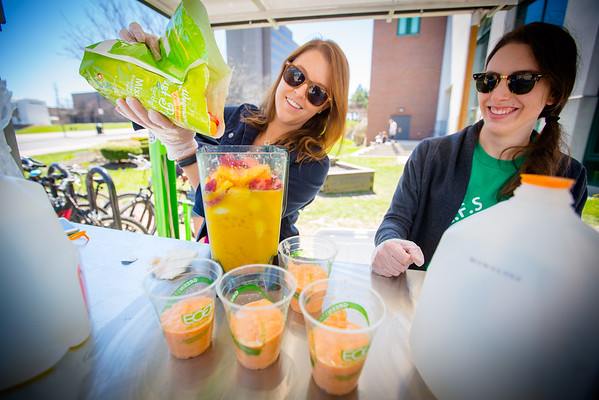 Students making solar-powered smoothies near the Student Union on North Campus<br /> <br /> Photographer: Douglas Levere