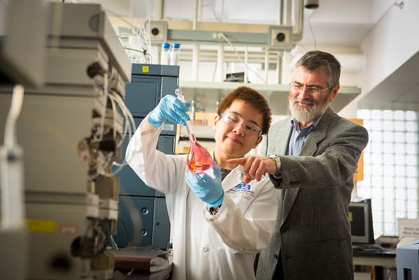 Luis Colon with students in NSC lab<br /> <br /> Photographer: Douglas Levere
