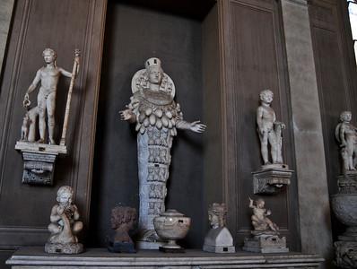 Vatican gallery. Сиськи символизируют плодотворность.