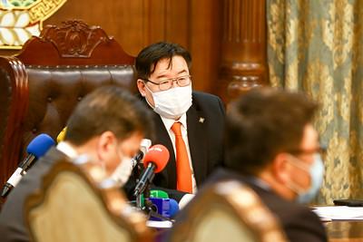 """2020 оны хоёрдугаар  сарын 18. УИХ-ын дарга Г.Занданшатар тэтгэврийн зээл тэглэхтэй холбоотой болон Салхитын мөнгөний ордын асуудлаар арилжааны банкуудын төлөөлөл, """"Эрдэнэс Монгол"""" компанийн удирдлагуудтай уулзалт хийж байна.  ГЭРЭЛ ЗУРГИЙГ Б.БЯМБА-ОЧИР/MPA"""