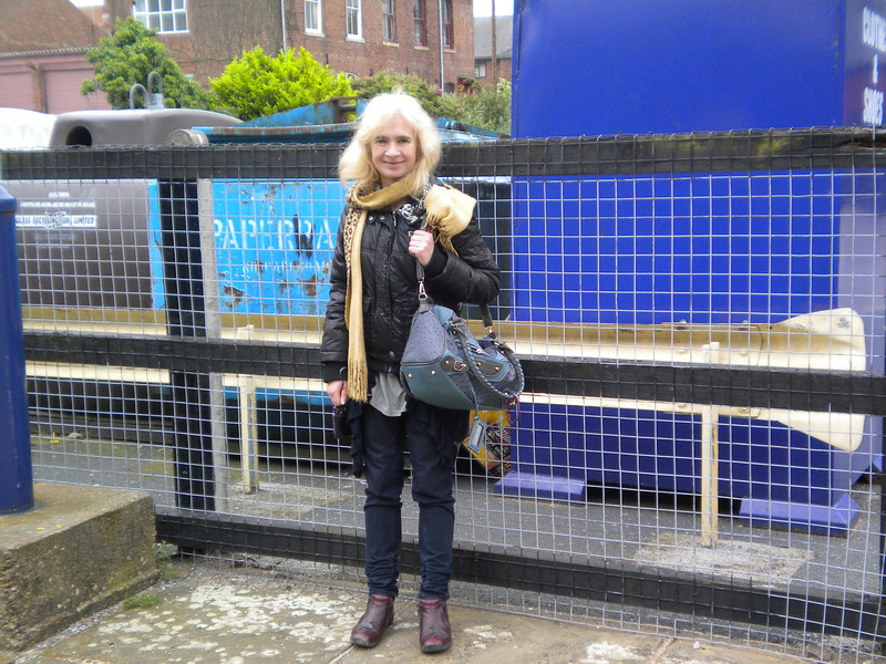 we couldnt leave snaith without a  pic Liz poses at the bottom <br /> <br /> end of the platform near the exit