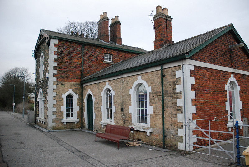 KIrton Lindsey Station building is actually a private house now the <br /> <br /> station a single platform affair. Because we where so early we sat <br /> <br /> here for about 5 - 10 mins waiting time how mad that so i was able to <br /> <br /> get loads of pics. the above the station building looking towards <br /> <br /> Barnetby