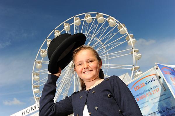GYS 14_064_Child, bowler hat & big wheel