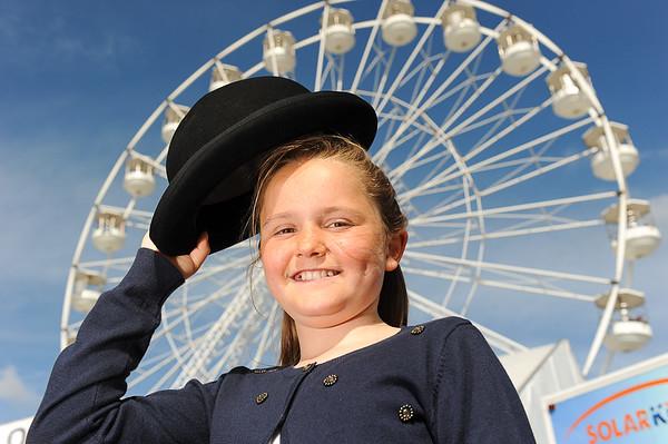 GYS 14_061_Child, bowler hat & big wheel