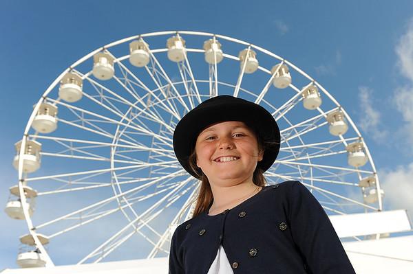 GYS 14_059_Child, bowler hat & big wheel