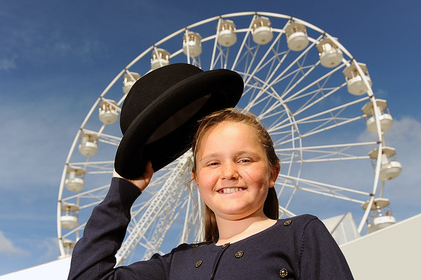 GYS 14_057_Child, bowler hat & big wheel