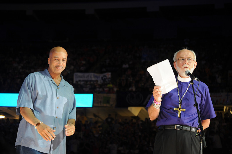 New Orleans Mayor and Presiding Bishop Mark S. Hanson with a letter from President Obama praising and thanking the participants for their volunteer efforts