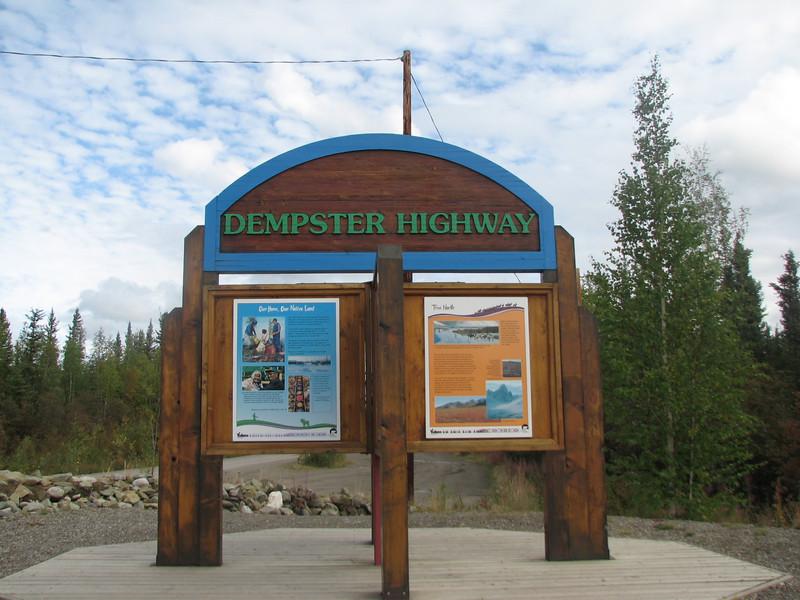 Tot just a al començament de la Dempster Highway, a uns 30 km al sud de Dawson City.