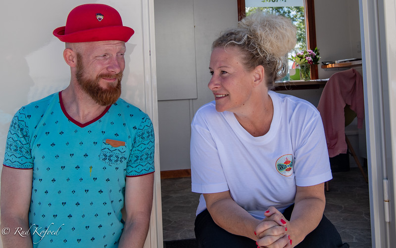 Barnly-stjernen Line Vittrup får i billetvognen besøg af en kollega fra Cirkus Big