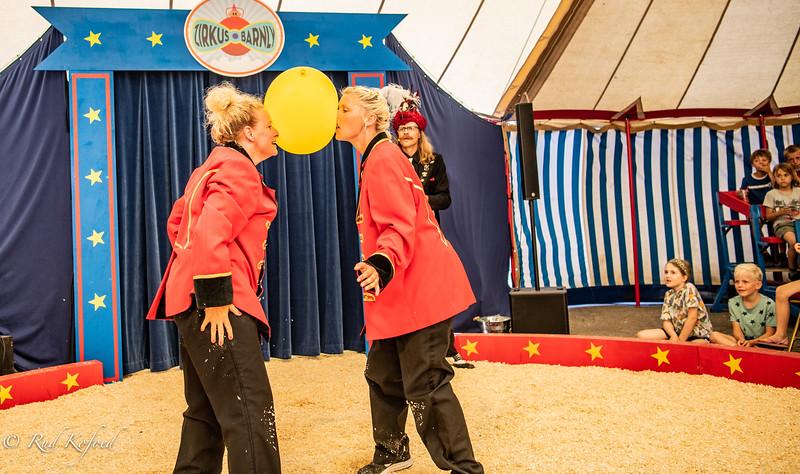 Line og Jeannie starter deres ballon-samarbejde med at sidde i savsmulden...