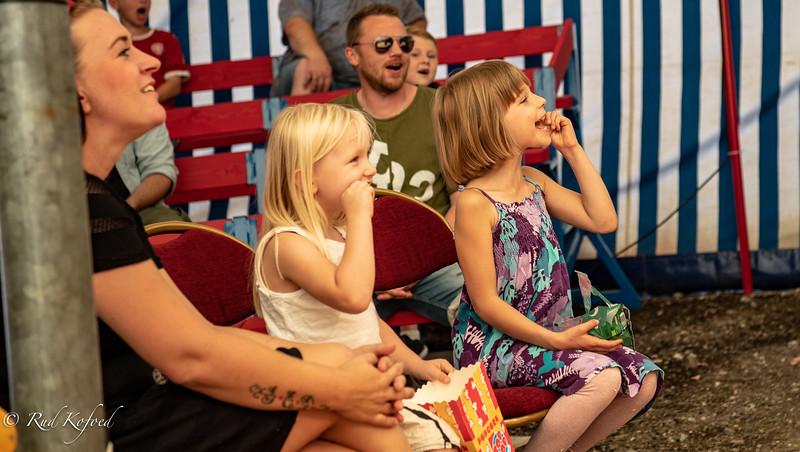 Publikum er med fra første færd - med fuldt engagement...