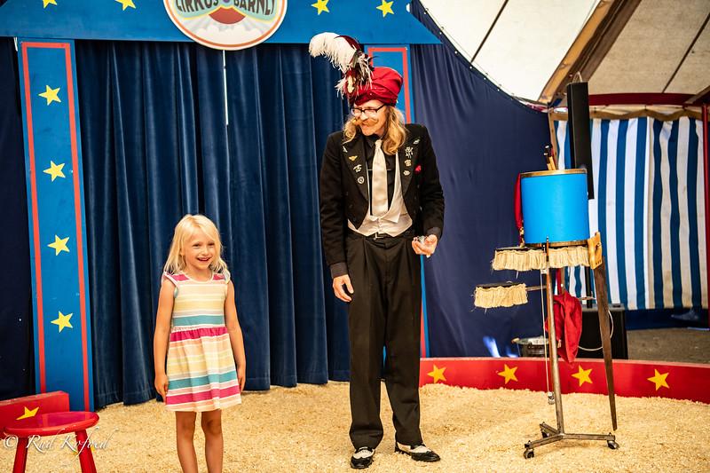 Der vars næsten ingen, der kunne se det usynlige æg, men den friske pige her kunne - Måske er en ny cirkusprinsesse født?
