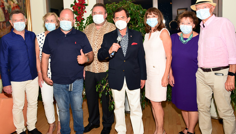 Pamiątkowe zdjęcie z maseczkami. Od lewej: dr Roman Marszałek z żoną dr Henryką, red. Piotr Dąbrowski, dr Sławomir Puszkarski, dr Bronisław Orawiec (z mikrofonem), dr Halina Anioł, dr Blanka z mężem dr Januszem Dańko.