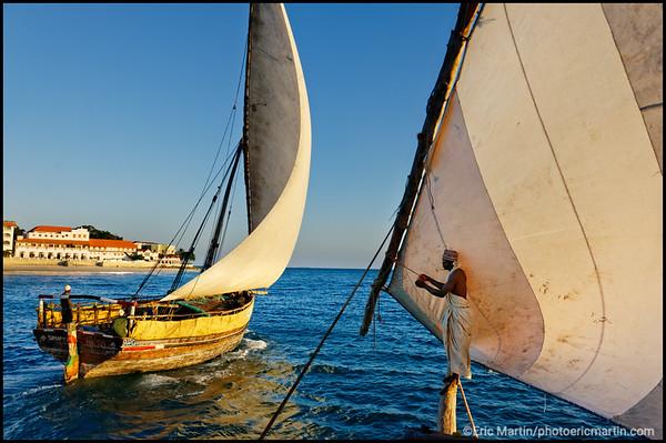 ZANZIBAR. UN BOUTRE QUITTE LE PORT DE STONE TOWN. Issues d'un savoir-faire millénaire, les boutres (des voiliers traditionnels) jouent aujourd'hui encore un rôle central dans le transport de marchandises et de personnes entre les îles