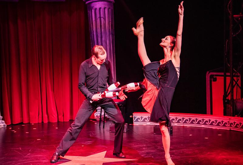 Menno og Emily har for 12 år siden den tangojonglering, som de siden har forfinet og rejst verden rundt med