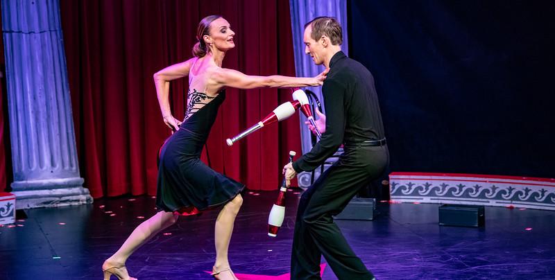 Også i virkeligheden var det ballerinaen, der mødte jongløren og blev drøn forelsket