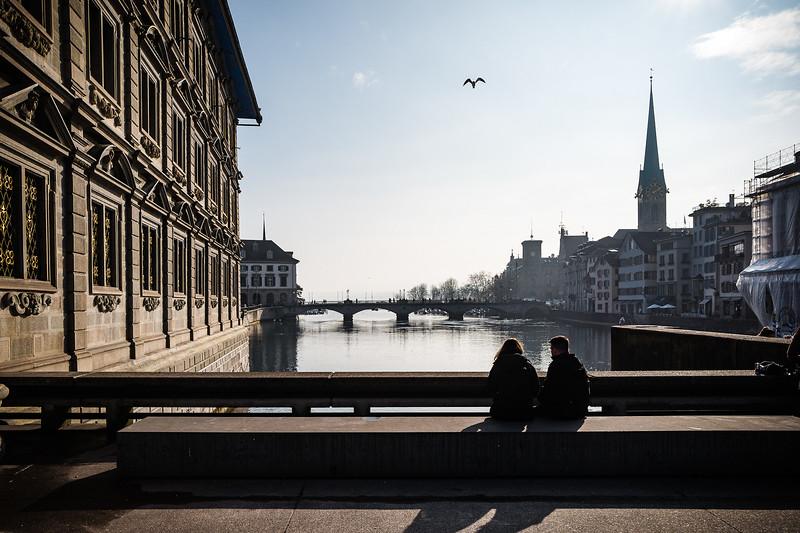 Auf der Rathausbrücke in Richtung Zürichsee