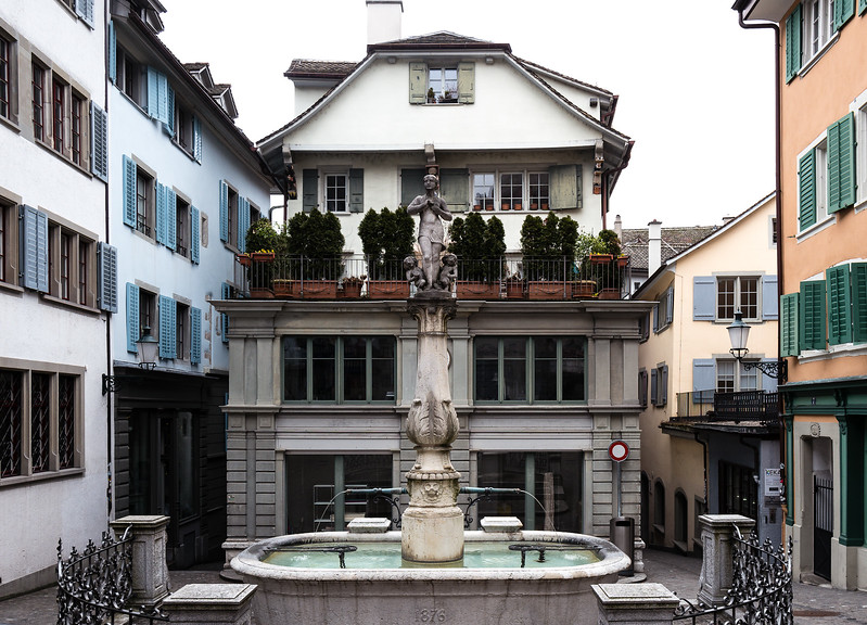 Haus und Brunnen zwischen Spiegel- und Napfgasse