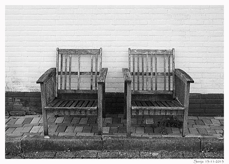 Twee oude stoelen