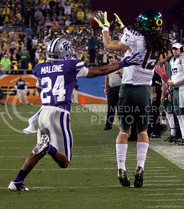 Eric Dungy, Oregon sophomore wide receiver, catches the ball with Nigel Malone, Kansas State senior defensive back, right behind him.   (Photo by Evert Nelson / Collegian)