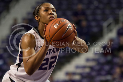 Senior guard Mariah White goes up for a shot during the Wildcats' 74-68 loss against the Oklahoma Sooners on February 6th in Bramlage Coliseum. [Jacob Dean Wilson]