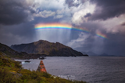 Rainbow over Nusfjord mountains, Islas Lofoten, Noruega