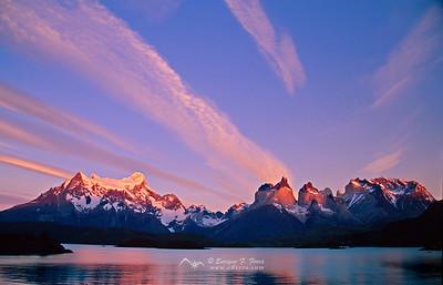 Amanecer en los Cuernos del Paine y Paine Grande, Macizo del Paine, P.N. Torres del Paine, Patagonia, Chile