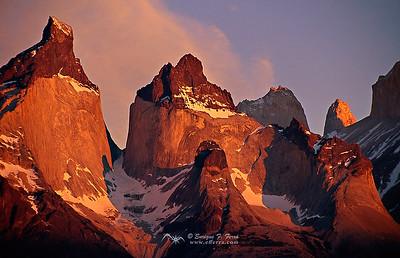 Cuernos del Paine con las luces del amanecer, Cuerno del Paine, P.N. Torres del Paine, Patagonia, Chile