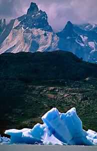 Témpanos en el Lago Grey frente a los imponentes Cuernos del Paine, Lago Grey y Cuernos del Paine, P.N. Torres del Paine, Patagonia, Chile