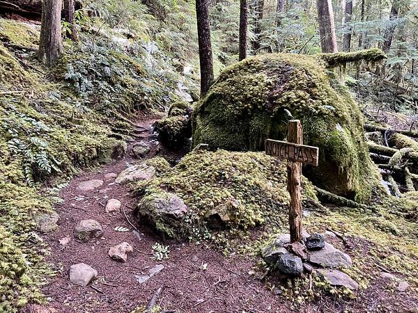 Trail marker to Notch Pass