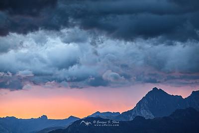 Amanece entre las nubes. Circo de Lescun, P.N. de los Pirineos, Francia