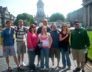 Group photo of students on Ireland trip.