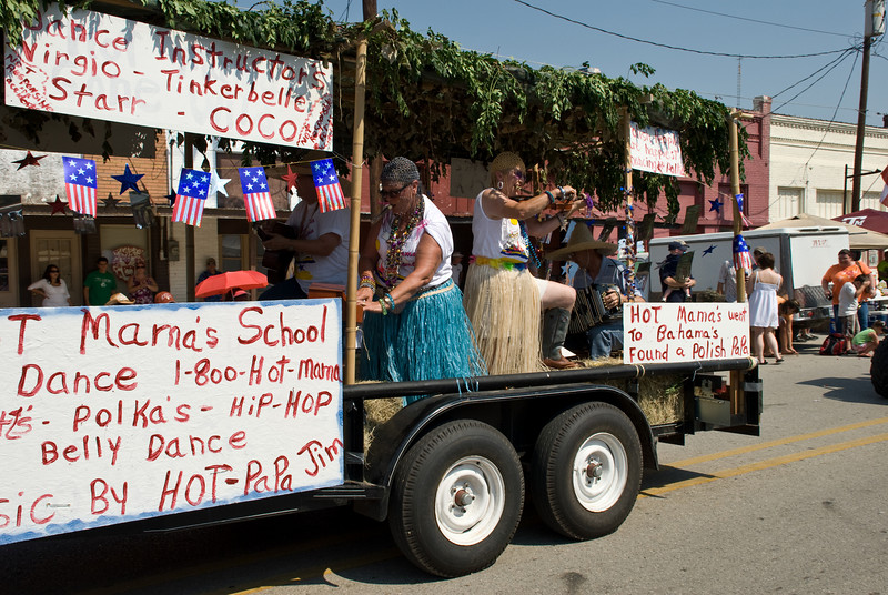2009 Bremond Polski Dzien - Hot Mama's float in the parade
