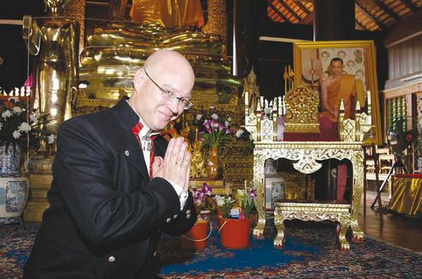 Bunadshistoriker: Henning Kumle føler seg ikke malplassert med norsk bunad i et thailandsk tempel.
