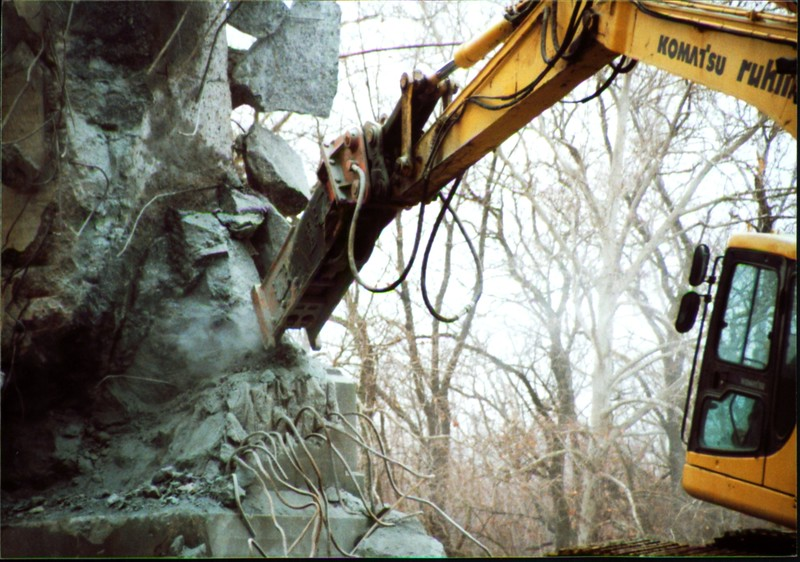NPK E216 hydraulic hammer on Komatsu excavator at Rt 20 bridge in Ashtabula 12-15-00 (3).JPG