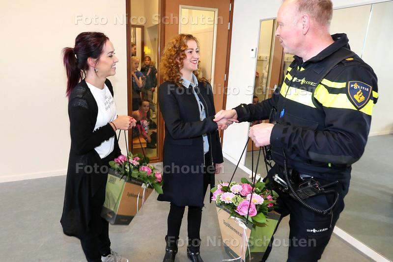 Regina Ripson (l) en Renee de Winter worden in de bloemetjes worden door de politieagent Jaap van Toom. Ze hebben zich ontfermd over een meisje van 3/4 dat verdwaald rondliep op straat nadat haar oma haar uit het zich was verloren - WATERINGEN 1 APRIL 2015 - FOTO NICO SCHOUTEN