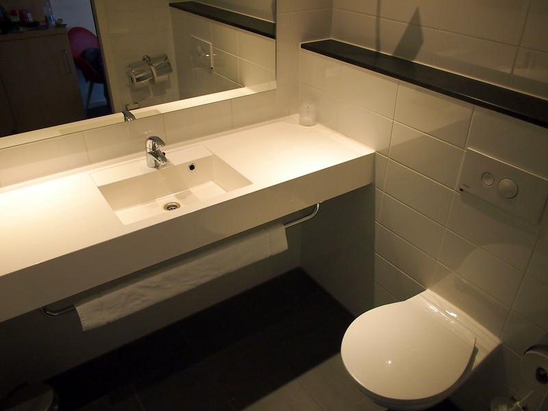 PA063285-bathroom.JPG