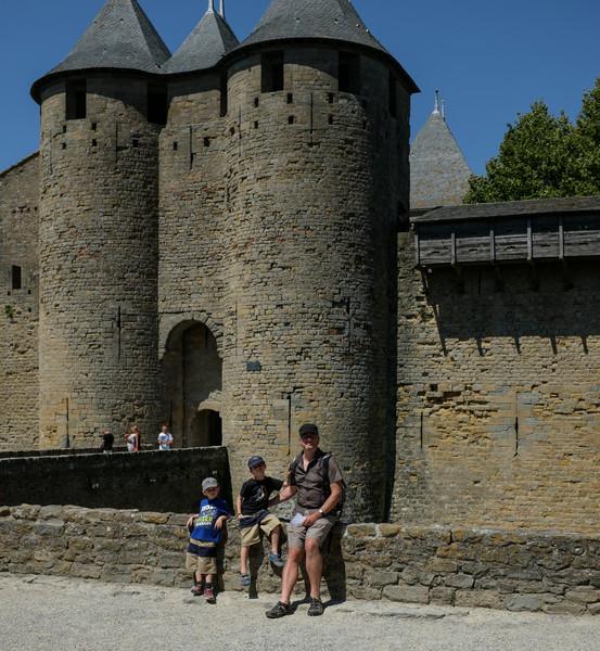 Devant l'entrée du château de Carcassonne