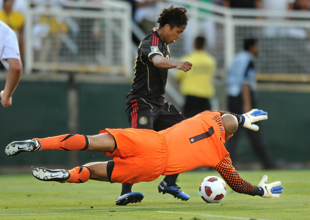 . Mexico\'s Giovani Dos Santos dribbles around USA goalkeeper Tim Howard for a goal during second-half action in the Gold Cup Final at the Rose Bowl in Pasadena, California, Saturday, June 25, 2011. Mexico defeated the USA, 4-2. (Wally Skalij/Los Angeles Times)