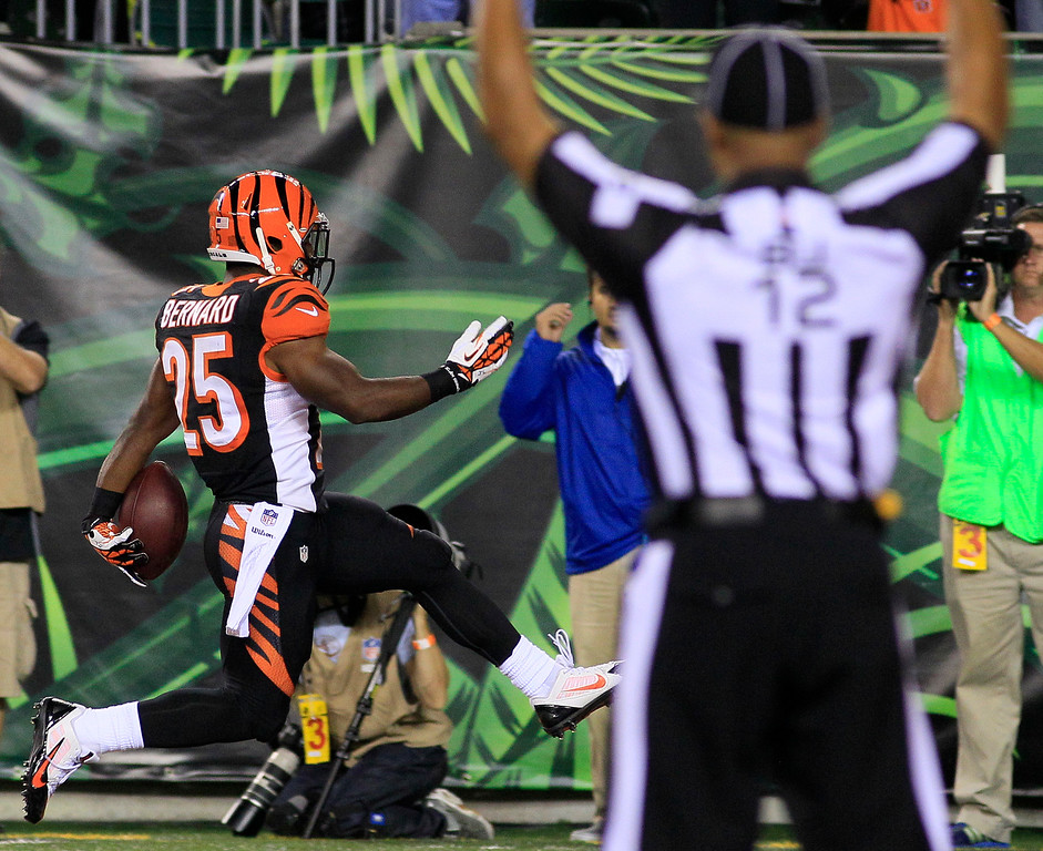 . Cincinnati Bengals running back Giovani Bernard (25) scores a touchdown on a 27-yard pass reception against the Pittsburgh Steelers in the second half of an NFL football game, Monday, Sept. 16, 2013, in Cincinnati. (AP Photo/Tom Uhlman)